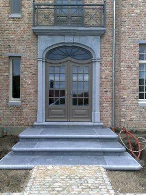 Belgisch Hardstenen deuromlijsting met balkon en dorpels